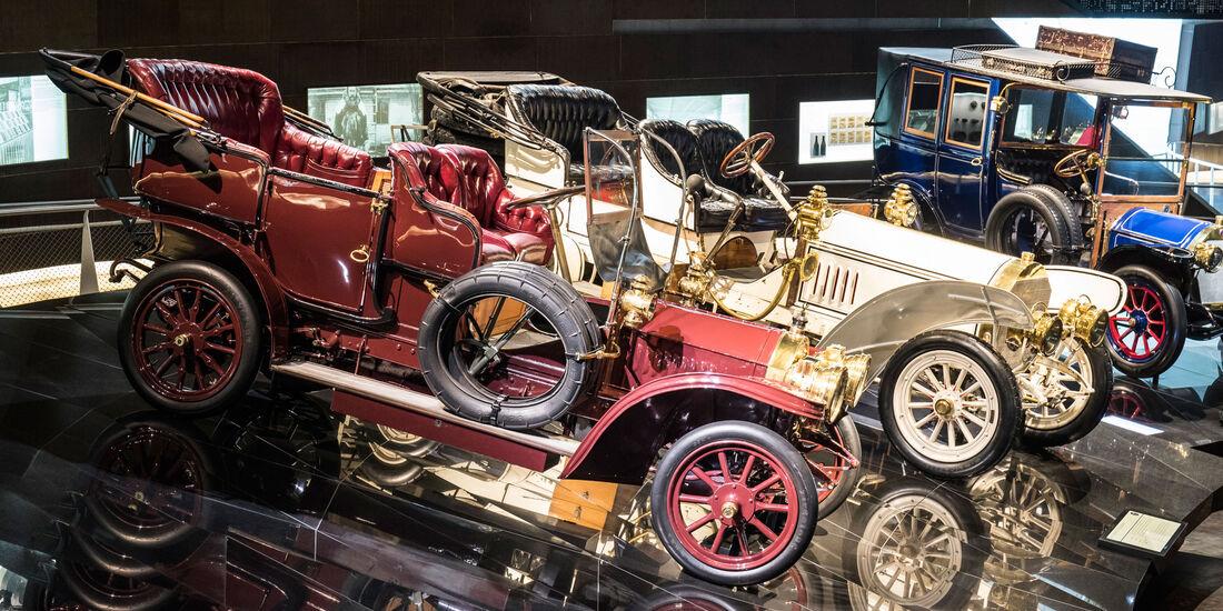 1905 Benz 18 PS Doppelphaeton (rot) - 1908 Mercedes 75 PS Doppelphaeton (weiß) - Mercedes-Museum