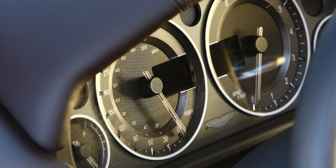 Aston Martin DBS Volante, Instrumentenbrett