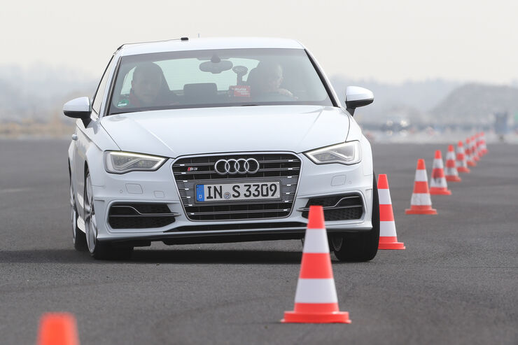 Audi S3 2.0 TFSI, Frontansicht, Slalom