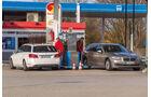 BMW 520i Touring, Mercedes E 200 T, Tankstelle