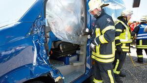 Bei einem Verkehrsunfall bittet die Feuerwehr alle Beteiligten zur Kasse.