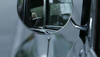 Blick in den Außenspiegel eines Bentley S1