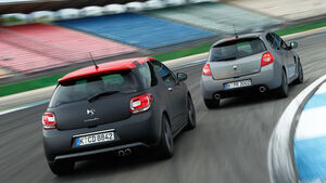 "Citroën DS3 Racing S. Loeb, Renault Clio R.S. ""sport auto Edition"", Heckansicht"