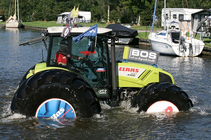 schwimmender traktor der kann ber wasser fahren auto motor und sport. Black Bedroom Furniture Sets. Home Design Ideas