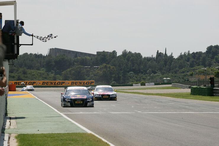 DTM 2010: Der Sieger Mattias Ekström fährt über die Ziellinie in Valencia