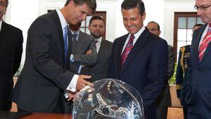 Der Produktionsvorstand der BMW AG und der mexikanische Präsident kündigten den Bau des BMW-Werks gemeinsam an.