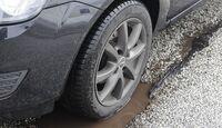 Die Vollkaskoversicherung kommt für die Schäden durch Schlaglöcher auf.