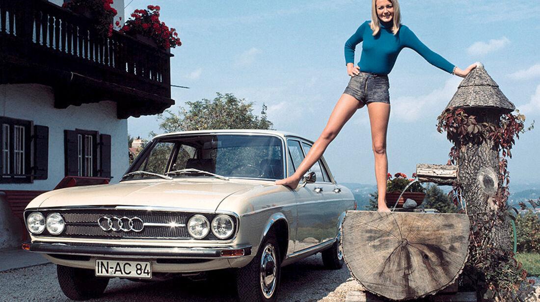 Frau in Mini-Lederhose auf Audi 100 C1