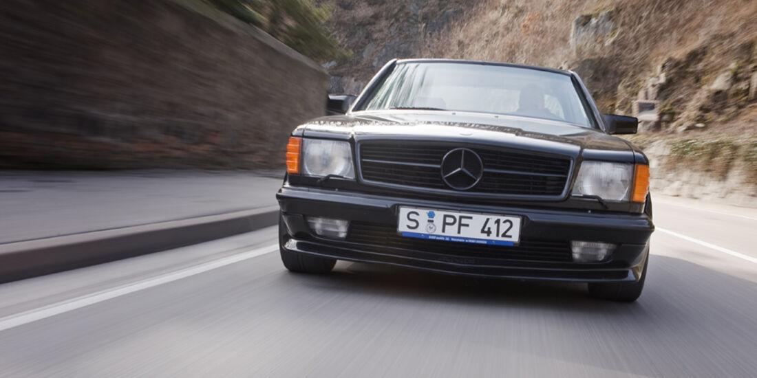 Frontansicht eines Mercedes-Benz 500 SEC-AMG, Baujahr 1982 in Fahrt