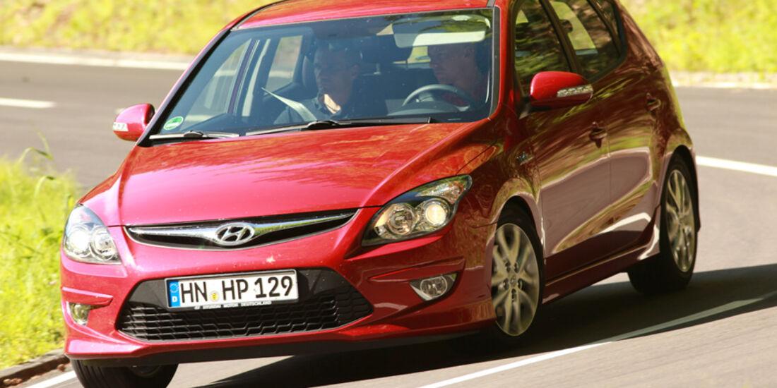 Hyundai i30 1.6i, Seitenansicht, Kurvenfahrt