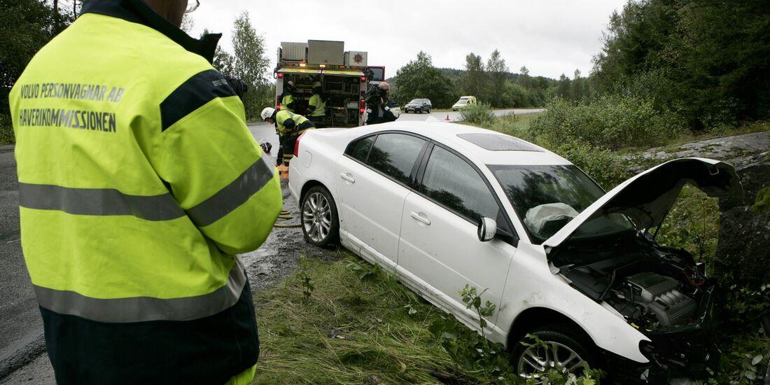 Jeder zweite Autofahrer zögert bei Erster Hilfe am Unfallort.