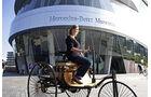Lilo Biersl aus München, 4-millionste Besucherin im Mercedes-Benz Museum