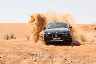 Mit dem Luxus-SUV in dieWüste