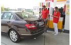 Mercedes 250 CDI, Seitenansicht, Tankstelle