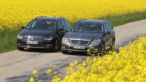 Mercedes E 200 CDI T Elegance, VW Passat Variant Blue TDI Highline, beide Fahrzeuge, Frontansicht, Feldweg