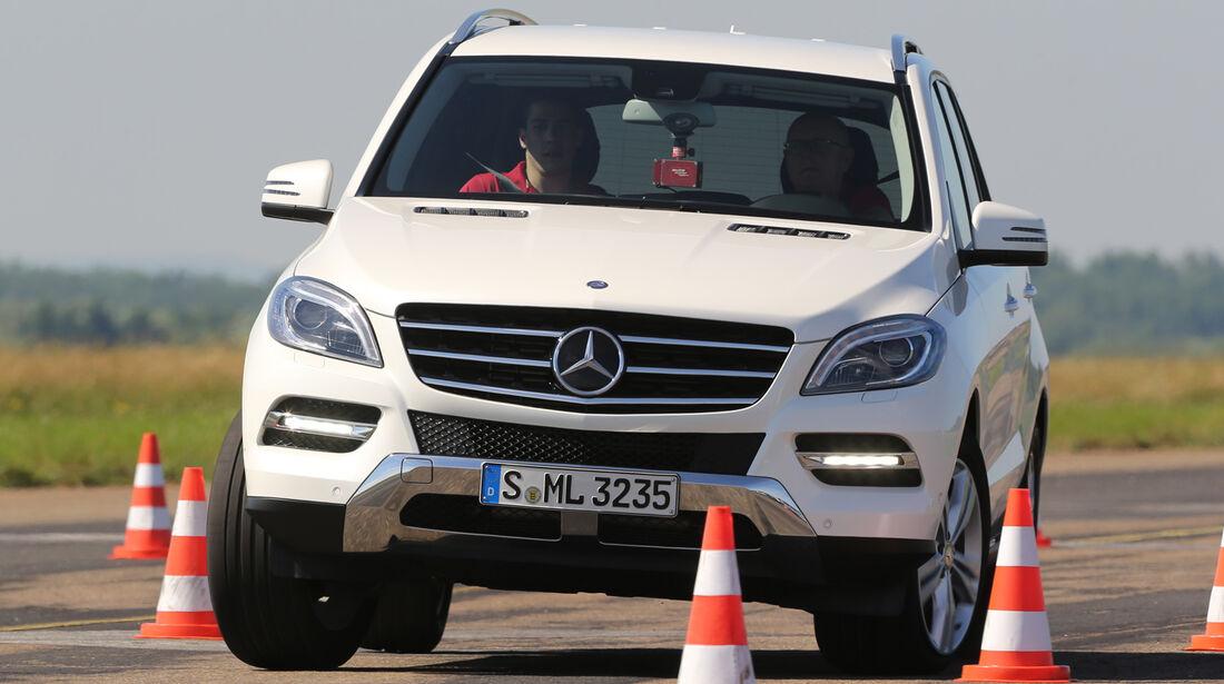 Mercedes ML 350 Bluetec, Frontansicht, Slalom