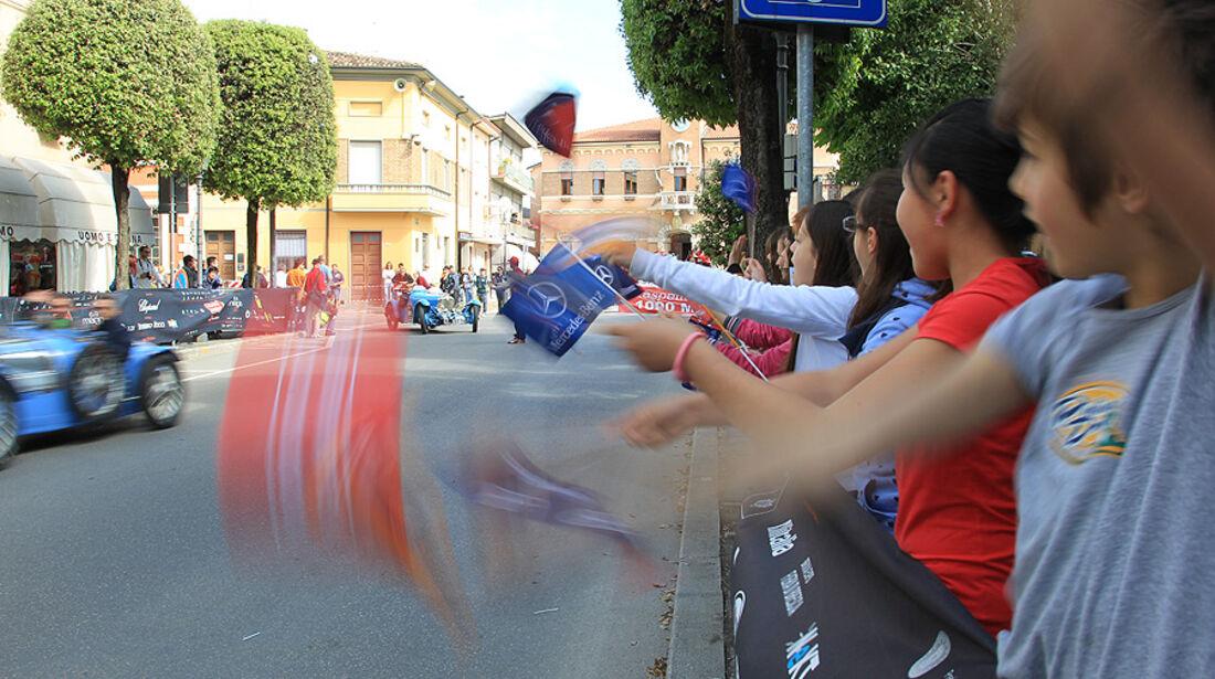Mille Miglia 2010 - Begeisterte Zuschauer am Streckenrand