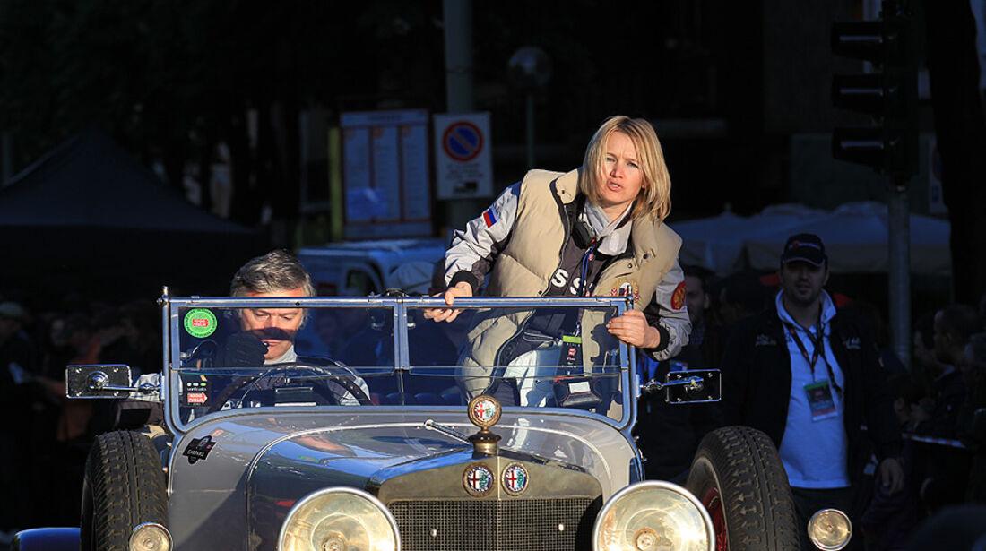 Mille Miglia 2010 - Blondine steigt aus einem Alfa-Romeo-Oldtimer aus