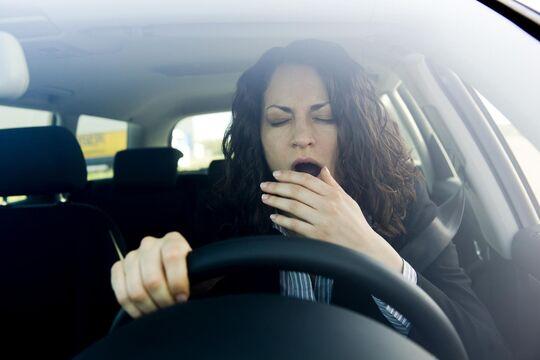 Müdigkeitswarner schützen vor gefährlichem Sekundenschlaf.