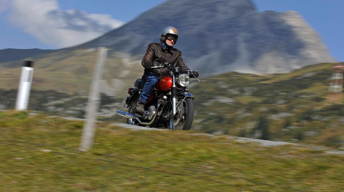 Norton 850 Commando, Frontansicht, Berge
