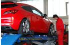 Opel Astra OPC, Heckansicht, Hebebühne