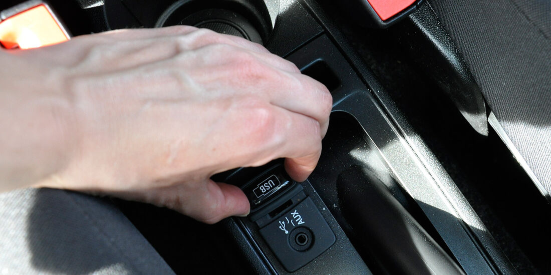 Opel Combo, AUX-Anschluss, USB-Anschluss