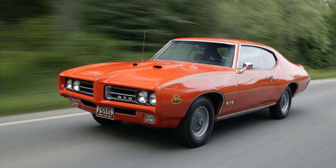 Orangener Pontiac GTO in Fahrt