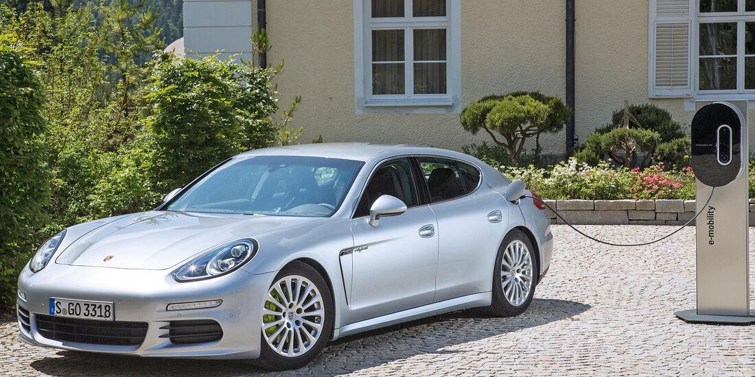 Porsche Panamera, Seitenansicht, Ladestation