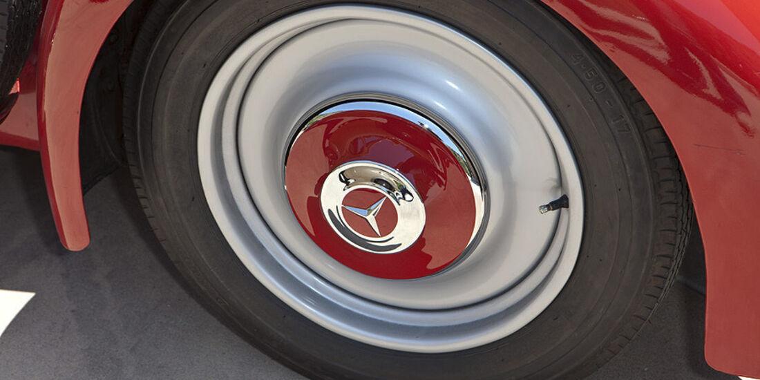 Rad mit Radkappe des Mercedes-Benz 150 Sport Roadster