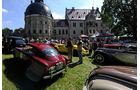 Schloss, mehrere Fahrzeuge