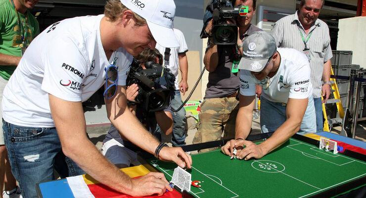Schumacher und Rosberg beim Tipp-Kick