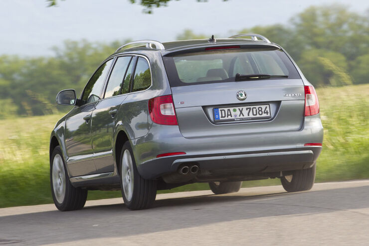skoda superb combi 2 0 tdi im test mit superbem. Black Bedroom Furniture Sets. Home Design Ideas