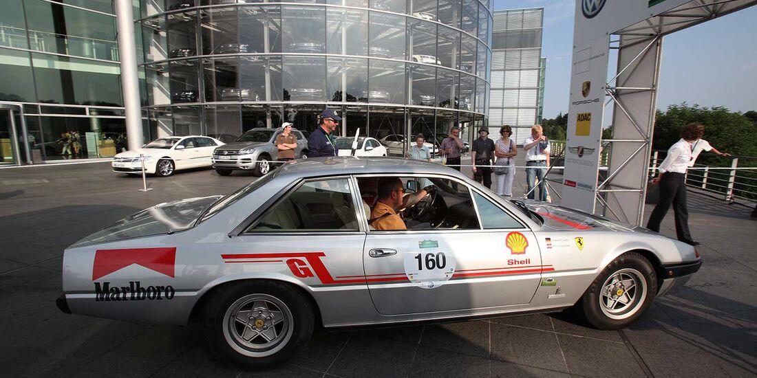 Startnummer 153: Michael Ernst Linke und Volker Schneider im Ferrari 400 GTA, 4,8 Liter, V12, 317 PS, Baujahr 1979.