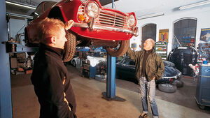 Triumph TR6 auf Hebebüne in Werkstatt