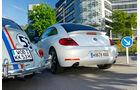 VW Beetle 2.0 TSI DSG, VW Käfer, beide Fahrzeuge, Rückansicht, Stadtfahrt