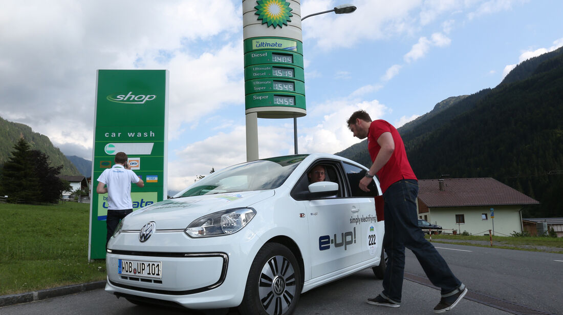 VW E-Up, Frontansicht, Tankstelle