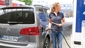 VW Touran 1.4 TSI Ecofuel, Tankstelle, Tanken, Rückansicht