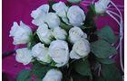 Weiße Rosen auf VW Käfer Karosserie